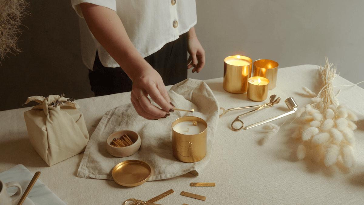 Découvrez nos bougies parfumées qui cachent un message secret et personnalisé à l'intérieur. N'hésitez plus dites le avec une bougie !